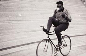 Bicihome  ciclista leyendo