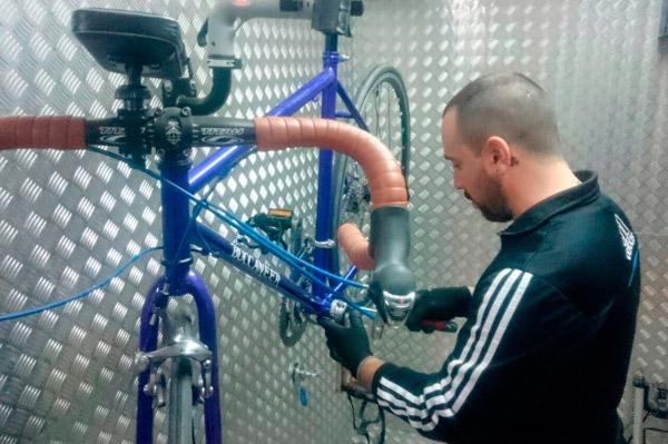 alumno-taller-bicis-biciome-mecanica-de-bicis