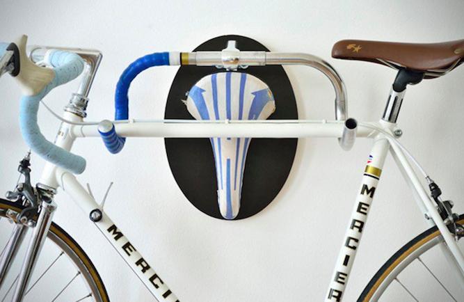 solo con un manillar y un silln antiguos podrs construir un soporte que te permita anclar tu bici a la pared y convertirla en un uctrofeoud