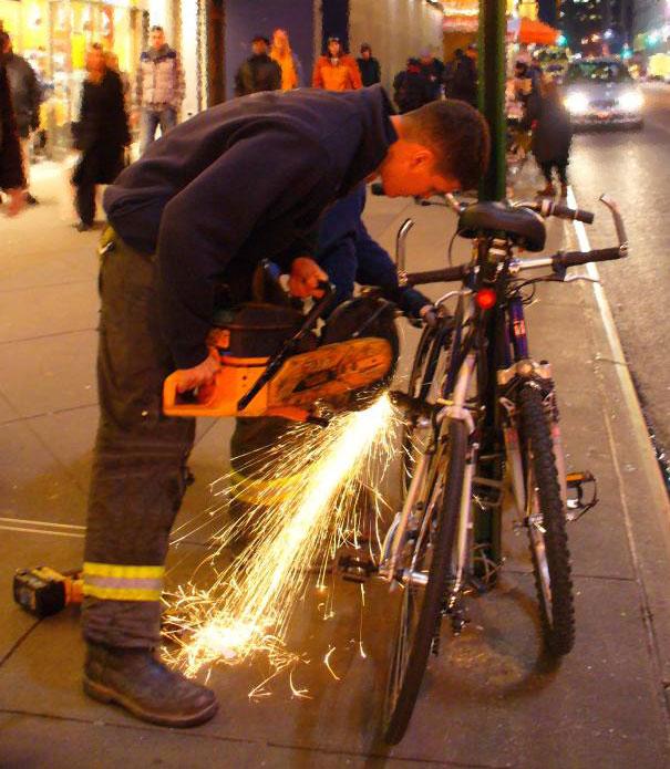 Bicihome bombero cortando un candado