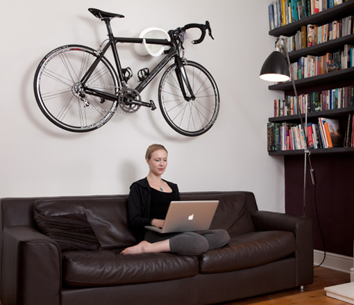 8 soportes con estilo para colgar tu bicicleta dentro de for Como guardar la bici en un piso