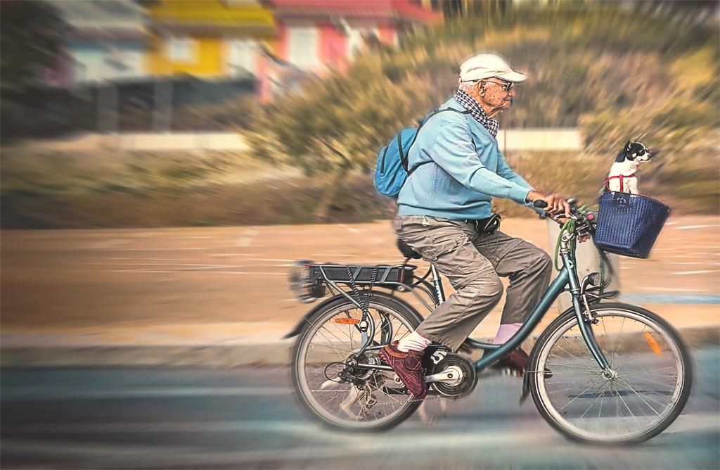 Resultado de imagen para abuelo en bicicleta